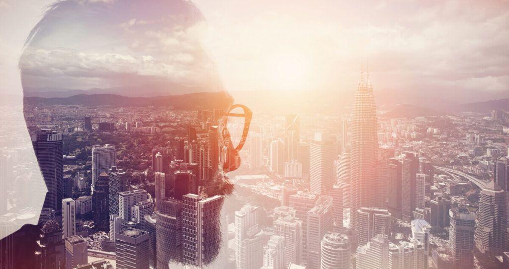 Mann vor Skyline transparent
