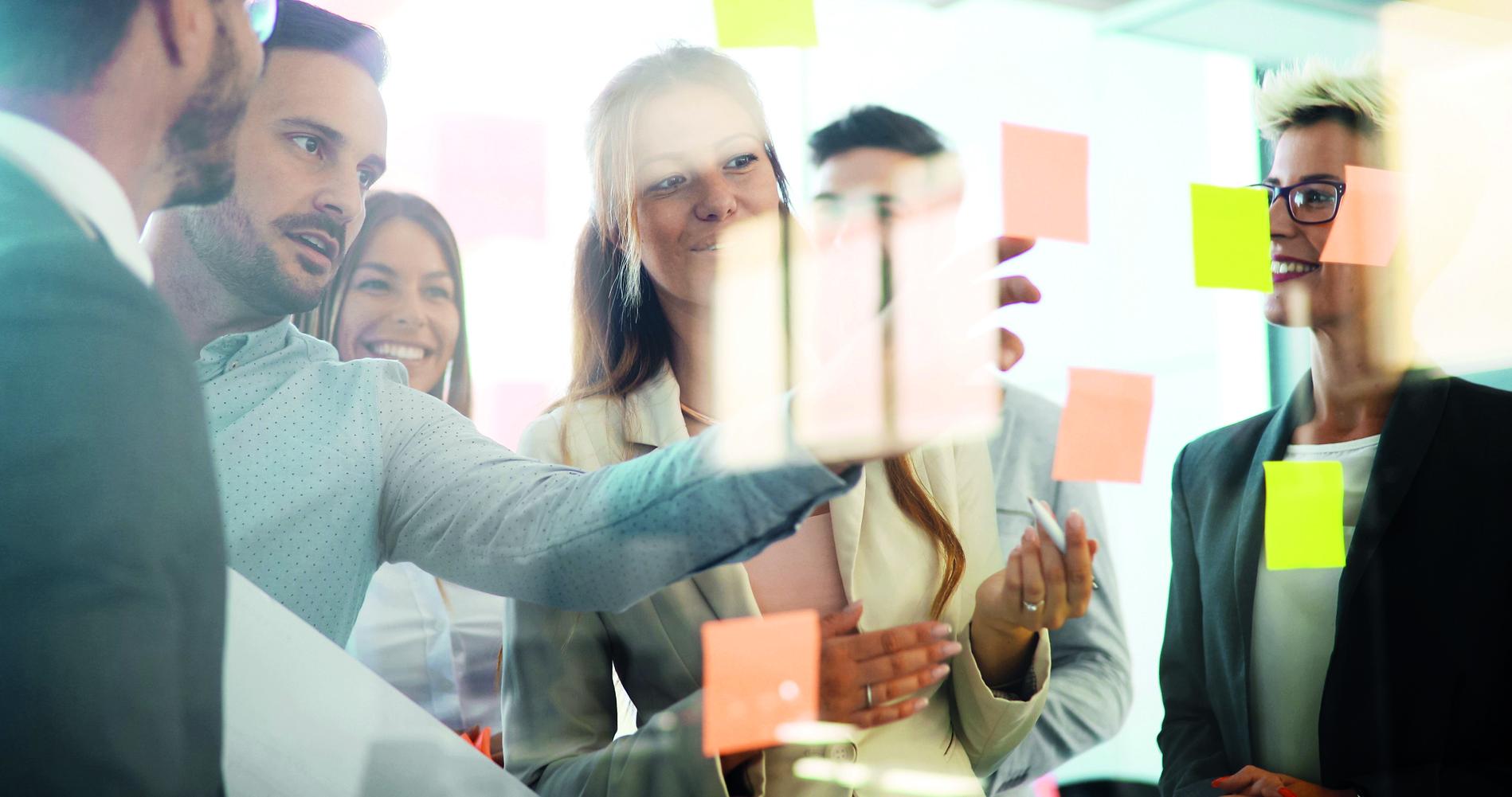 Kreative, professionelle Geschäftsleute arbeiten an einem Projekt im Büro