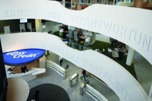 """Bürogestaltung mit Wandaufschrift: """"Einfach. Fair. Verantwortungsvoll. Wir sind ehrbare Kaufleute."""""""