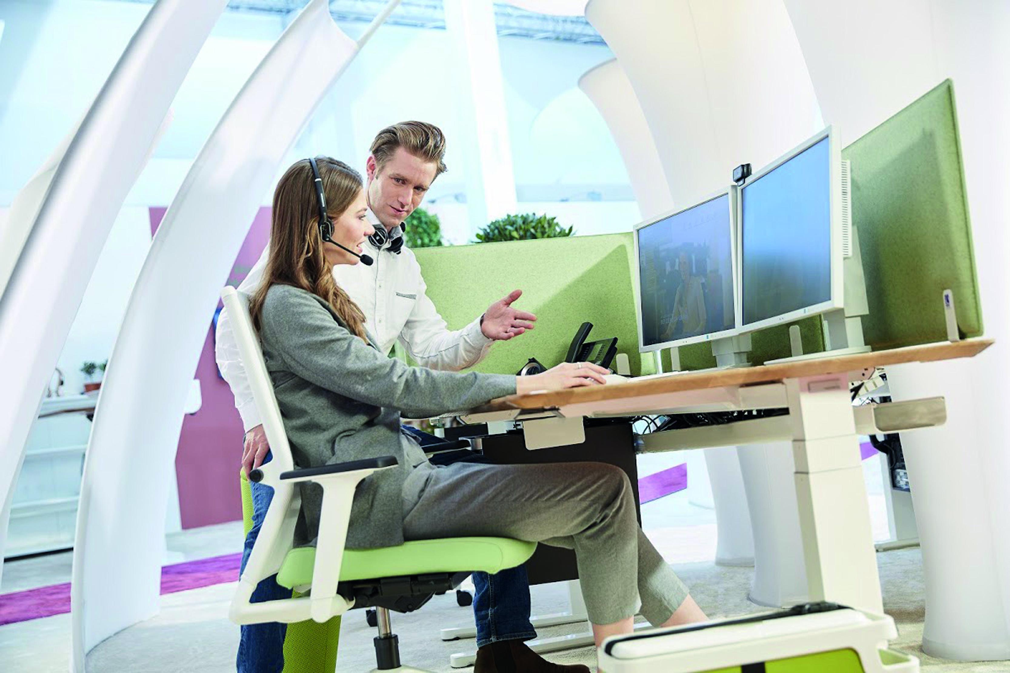 Büromitarbeiterin am futuristischen Arbeitsplatz
