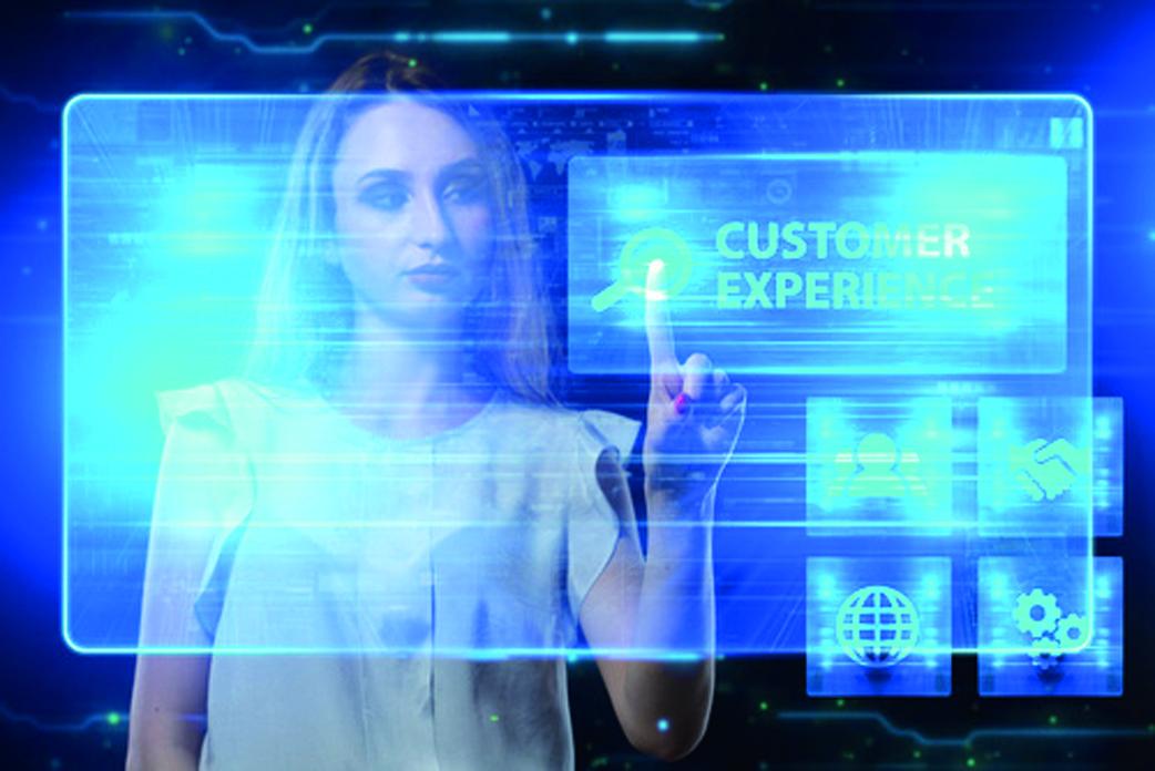 Ein Kunde informiert sich über die Customer Experience mit einem Unternehmens