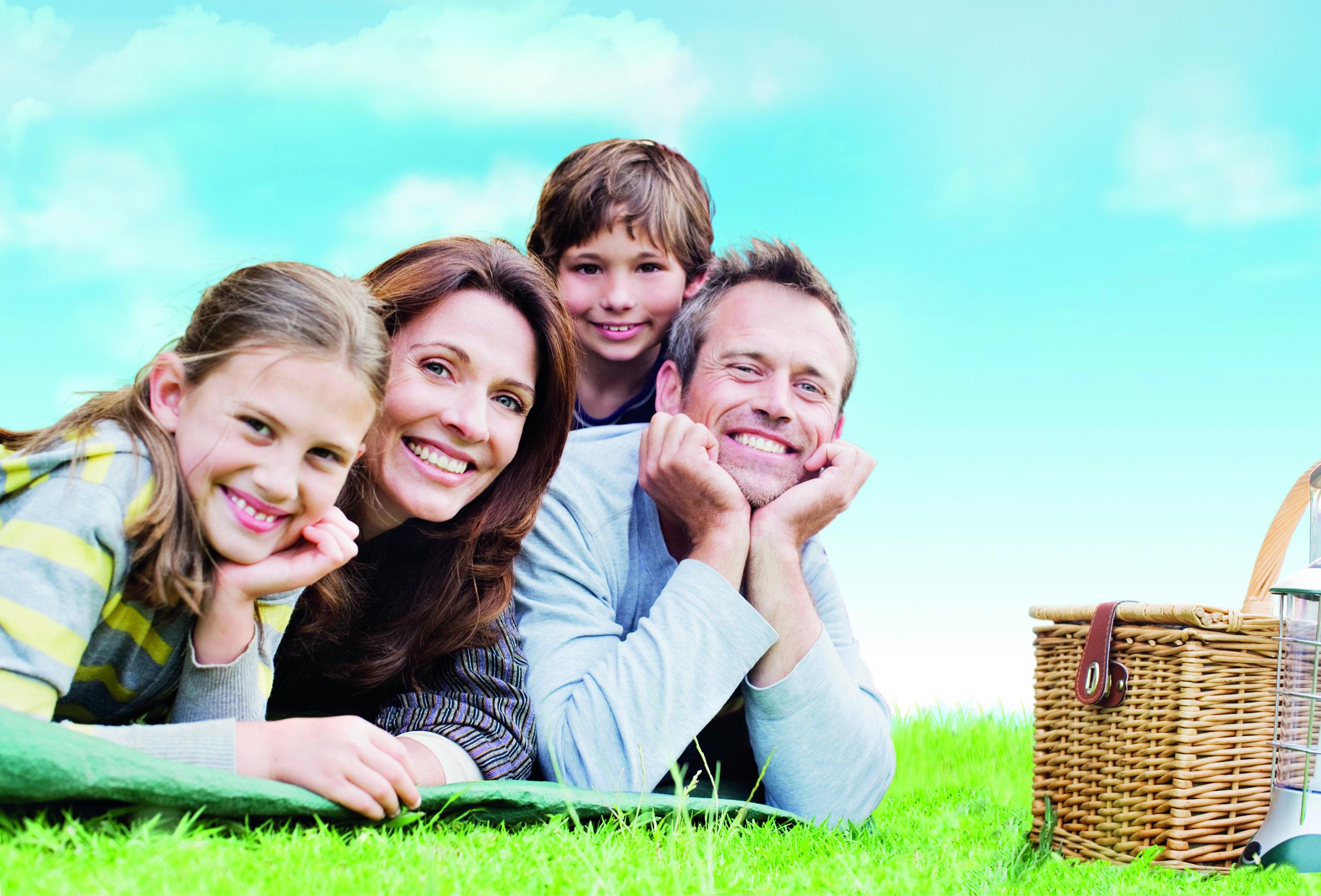 Lachende Familie beim Picknick