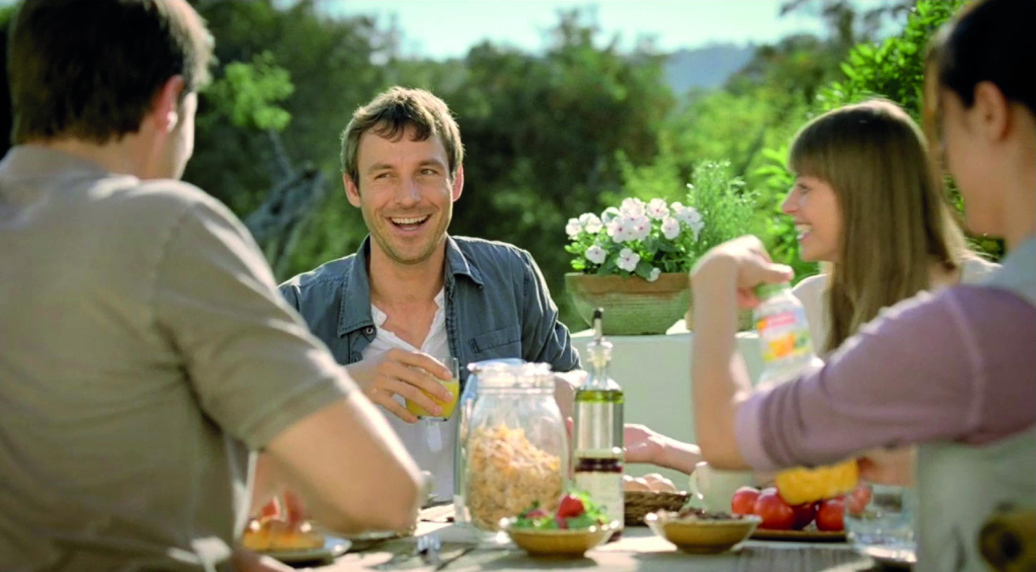 Lachende Menschen am Frühstückstisch